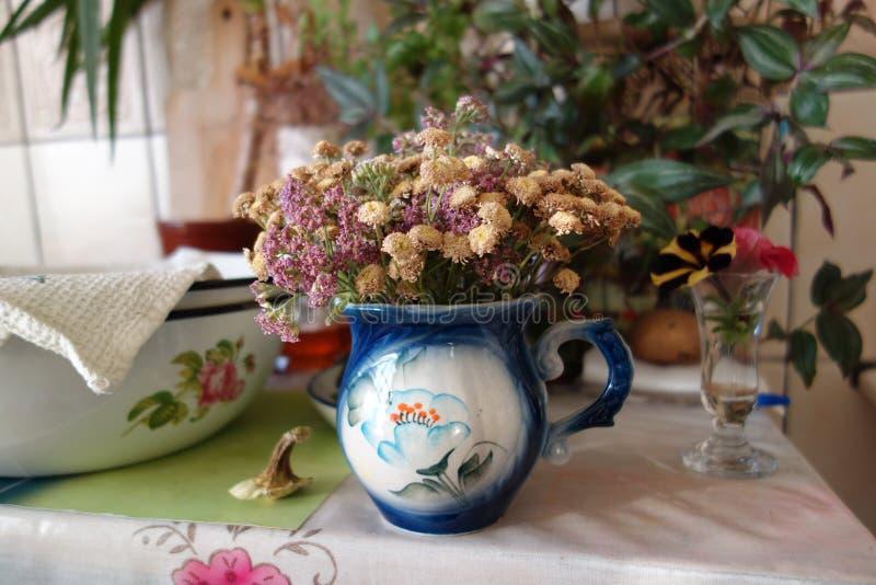 Küchentisch mit einem trockenen Blumenblumenstrauß lizenzfreies stockbild