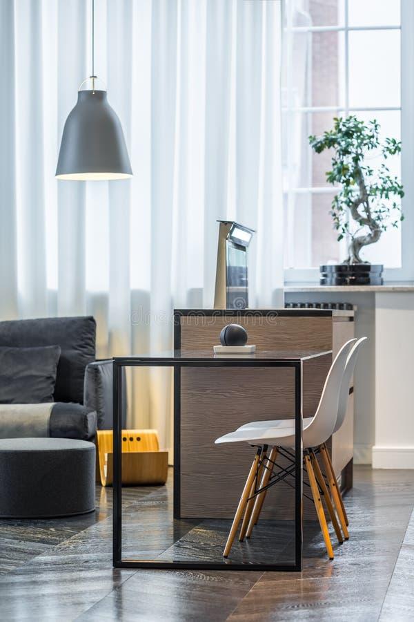 Küchentisch mit weißen Stühlen lizenzfreie stockfotos