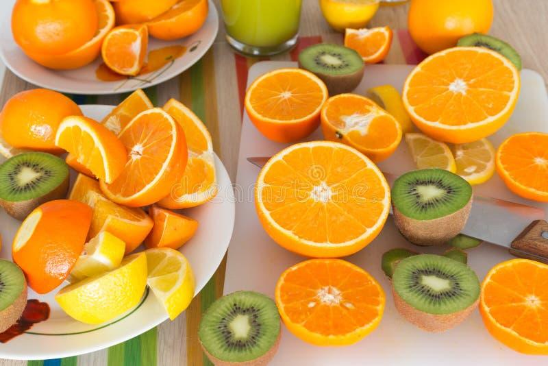 Küchentisch stellte mit verschiedenen Arten der Frucht und der Säfte ein lizenzfreie stockfotos