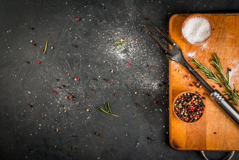 Küchentisch, vorbereitet für das Kochen des Fleisches stockfoto