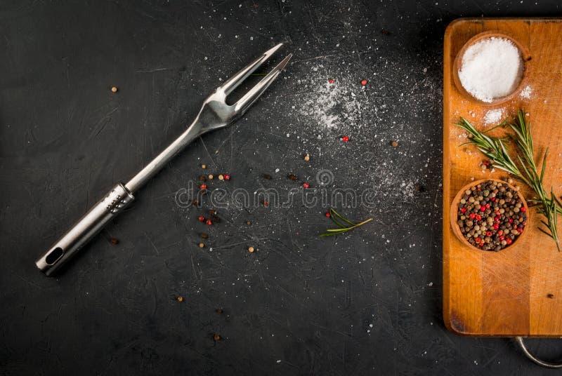 Küchentisch, vorbereitet für das Kochen des Fleisches lizenzfreies stockbild