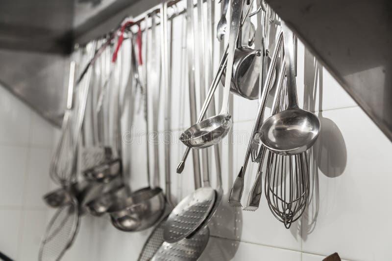 Küchenwaren, die von einer Wand hängen lizenzfreies stockbild