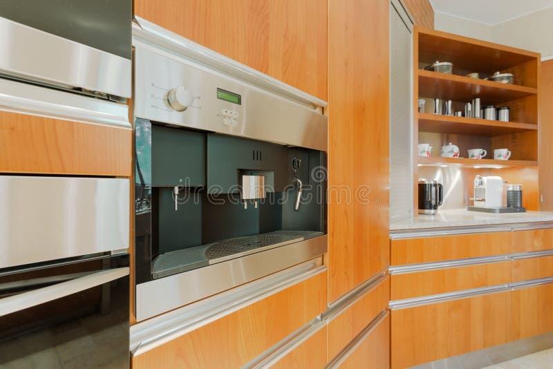 Küchenzeile mit Kaffeeproduzenten lizenzfreie stockbilder