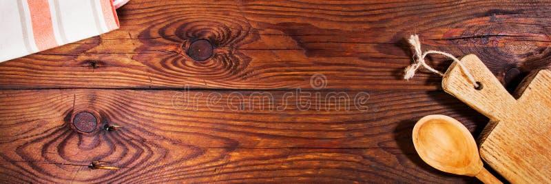 Küchenzubehör auf Holzoberfläche sehr viele Fleischmehlklöße lizenzfreie stockfotos