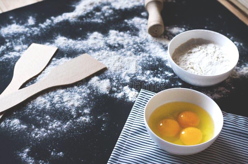 Küchenzusätze und -bestandteile sitzen nach dem Zufall auf der Haupttabelle lizenzfreies stockbild