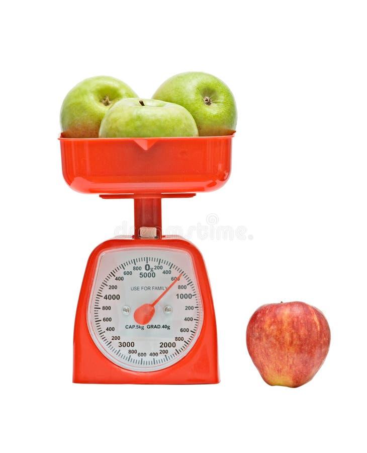 Kücheskala-Gewichtungäpfel lizenzfreie stockfotos