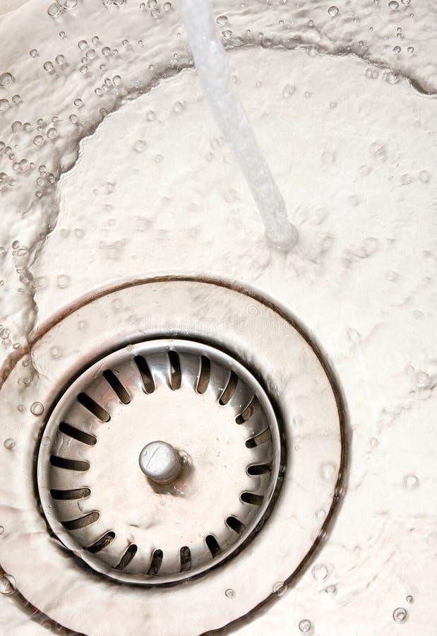 Küchewanne mit flüssigem Wasser lizenzfreie stockfotos