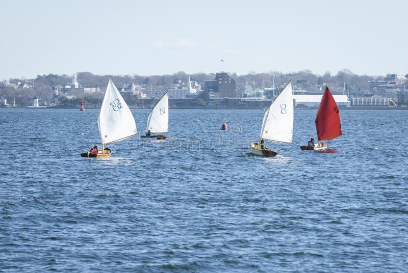Kühle Bedingungen für die kleinen Segelboote, die im Januar laufen stockfotos
