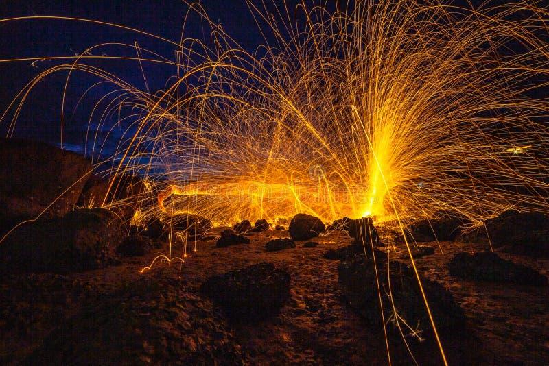 kühle brennende Stahlwollefeuerarbeits-Fotoexperimente stockfotografie