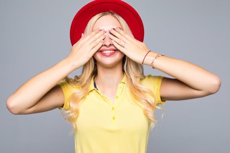 Kühle junge Frau der Mode recht schließt die nette lächelnde tragende Kleidung der Augen Farb, diespaß über grauem Hintergrund ha lizenzfreie stockfotos