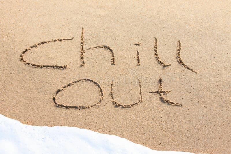 Kühlen Sie heraus - geschrieben in den Sand stockbild