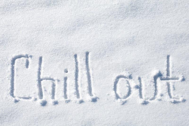 Kühlen Sie heraus Hand gezeichneter Text über Schnee stockbild