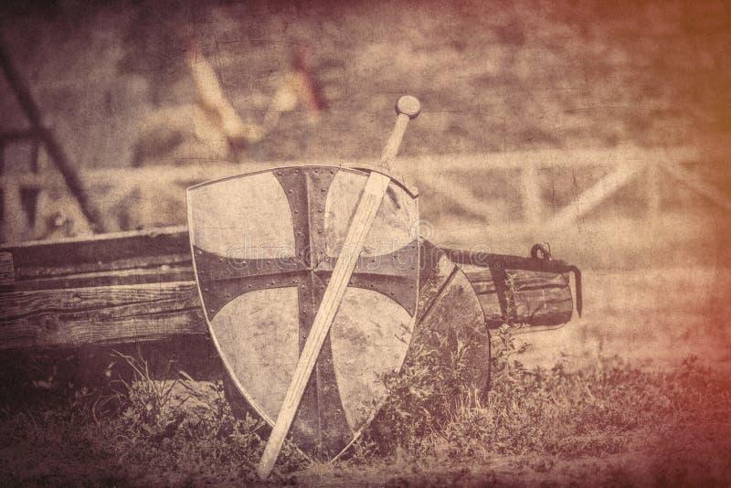 Kühlen Sie metallische Klinge und schweres Schild auf dem Mittelalterlastwagenba ab stockbilder
