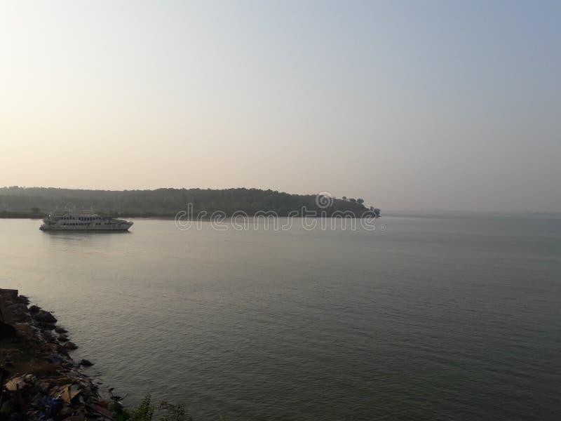 Kühlen Sie scenary von Ozean mit Boot ab lizenzfreies stockfoto