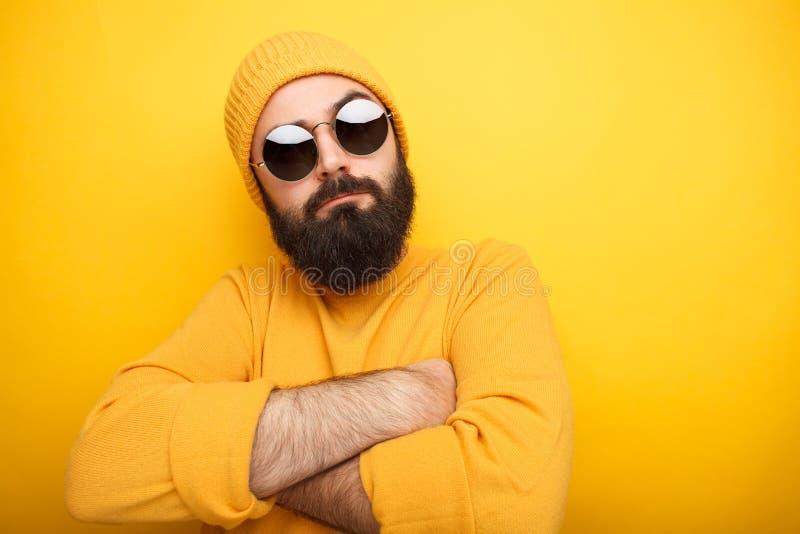 Kühler bärtiger Mann in der Sonnenbrille stockfotografie