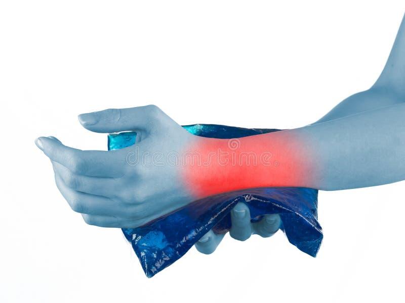 Kühler Gelsatz auf einem geschwollenen Verletzungshandgelenk lizenzfreies stockbild