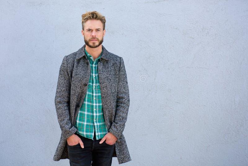 Kühler gutaussehender Mann in der Jacke lizenzfreies stockbild