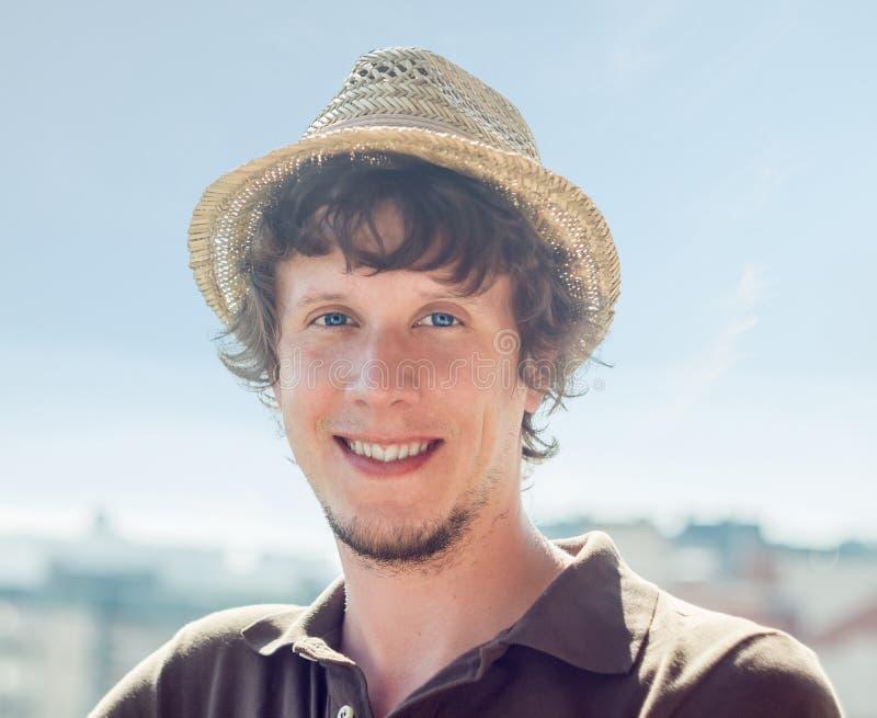 Kühler Hippie-Kerl im Hut lizenzfreie stockbilder