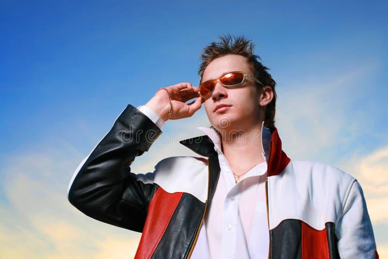 Kühler junger Mann in den Sonnenbrillen stockbilder