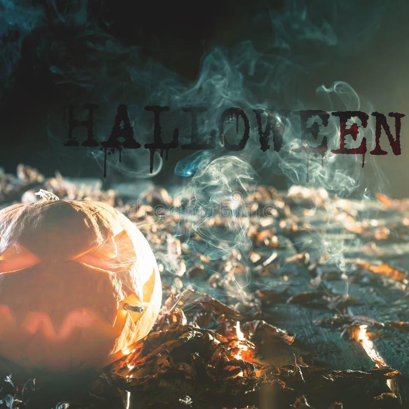 Kühler Kürbis, der eine Zigarette bei Halloween raucht stockfotos