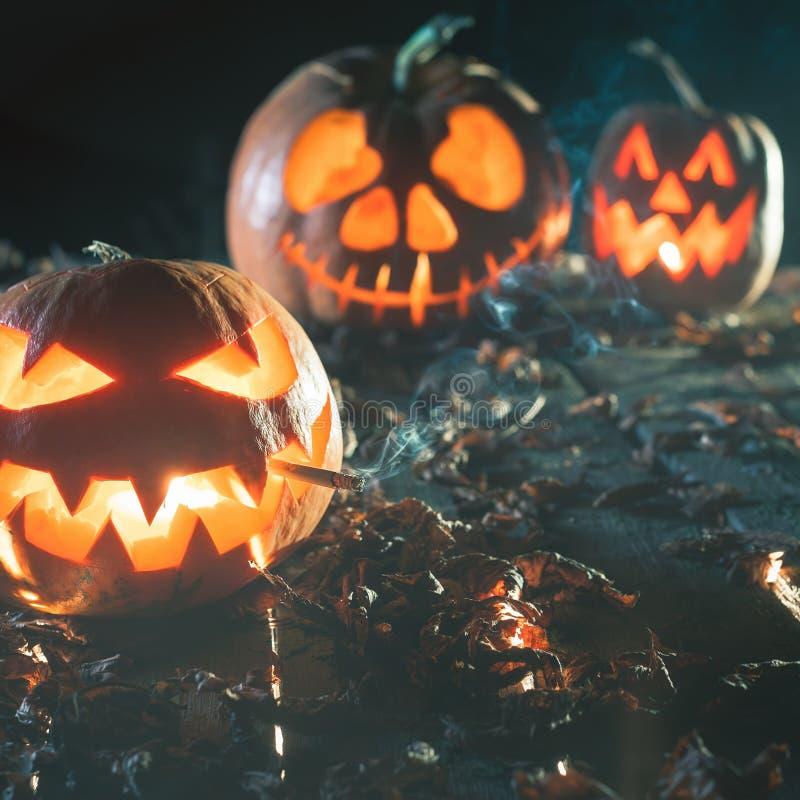 Kühler Kürbis, der eine Zigarette bei Halloween raucht lizenzfreie stockfotos