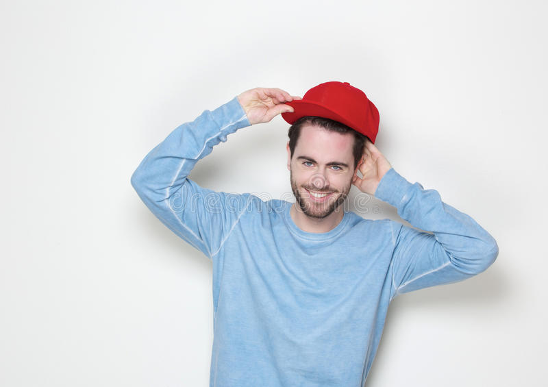 Kühler Kerl, der mit Hut lächelt stockfotos