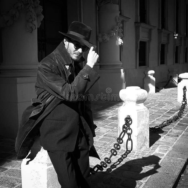 Kühler Kerl in der Weinlesedetektivausstattung stockfotos