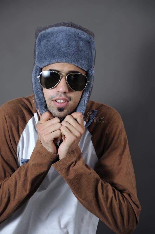 Kühler Kerl in der Winterkleidung stockbild
