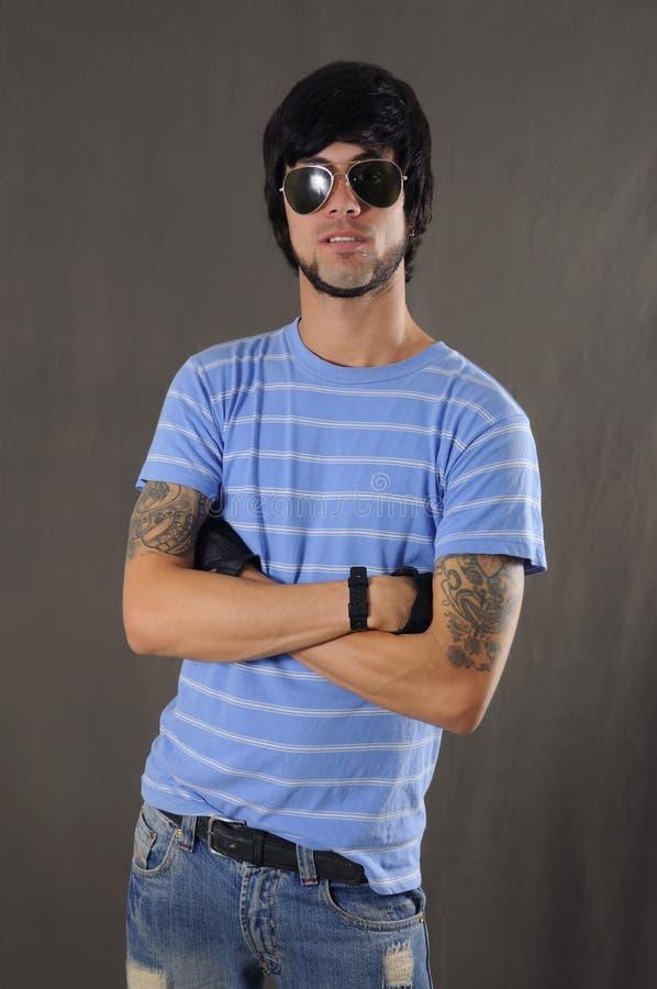 Kühler Kerl mit Arm tatoo stockfotografie