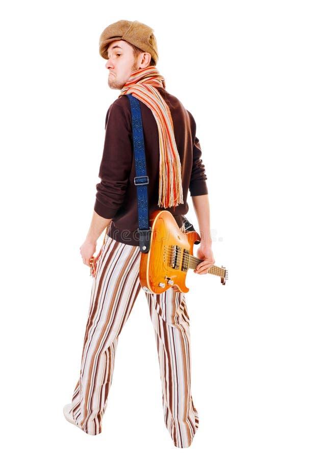 Kühler Musiker mit Gitarre auf Weiß lizenzfreie stockfotos