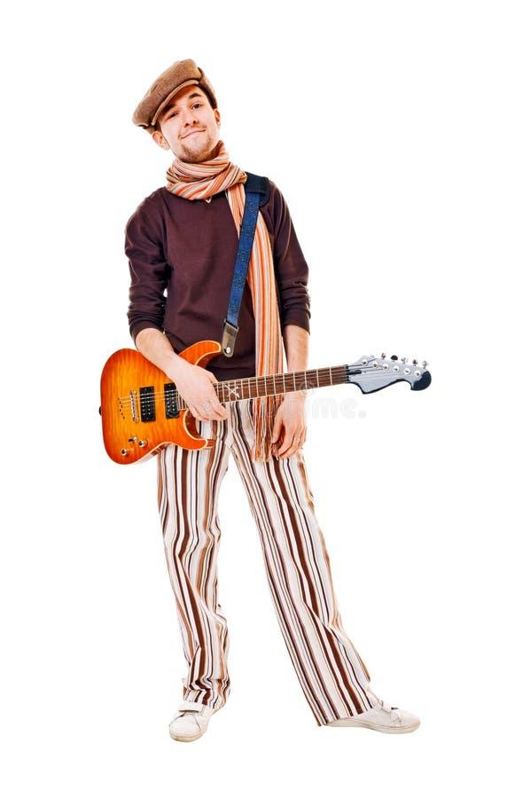 Kühler Musiker mit Gitarre auf Weiß stockfoto