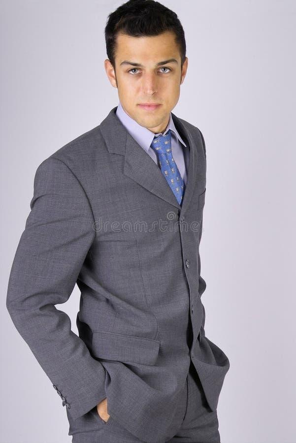 Kühler schauender Geschäftsmann