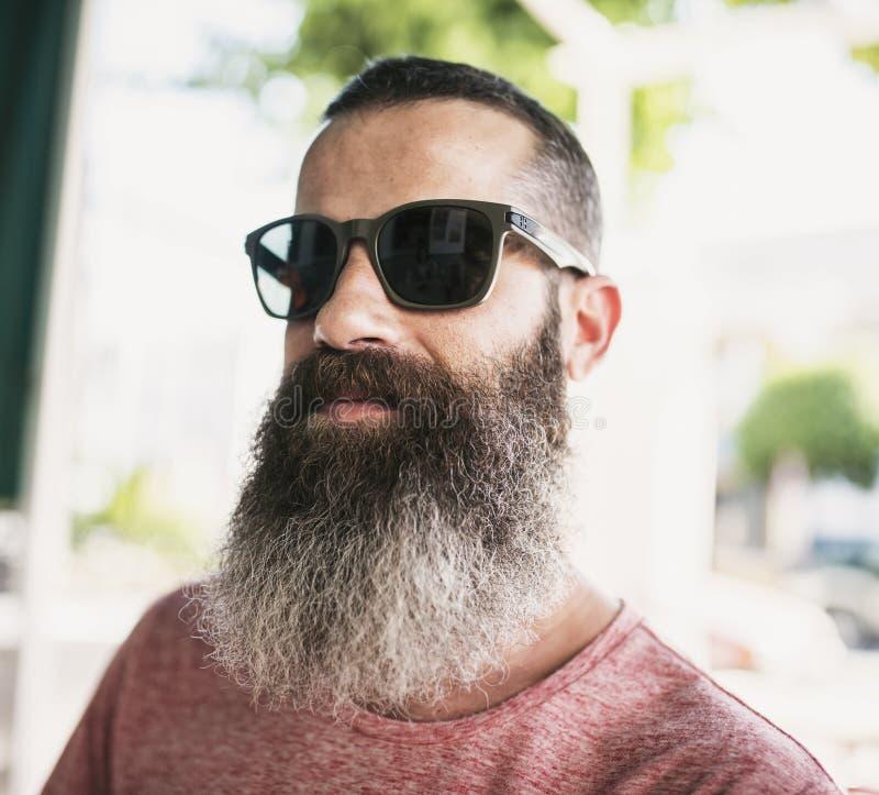 Kühles bärtiges Mannsonnenbrilleporträt lizenzfreies stockbild