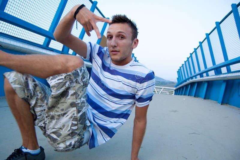 Kühles breakdancer auf Brücke stockbilder