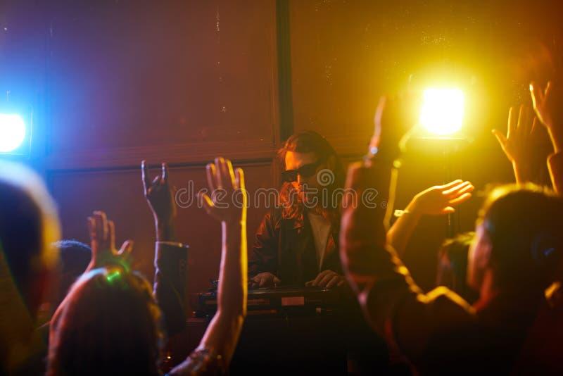 Kühles DJ, das im Nachtklub durchführt stockfotografie