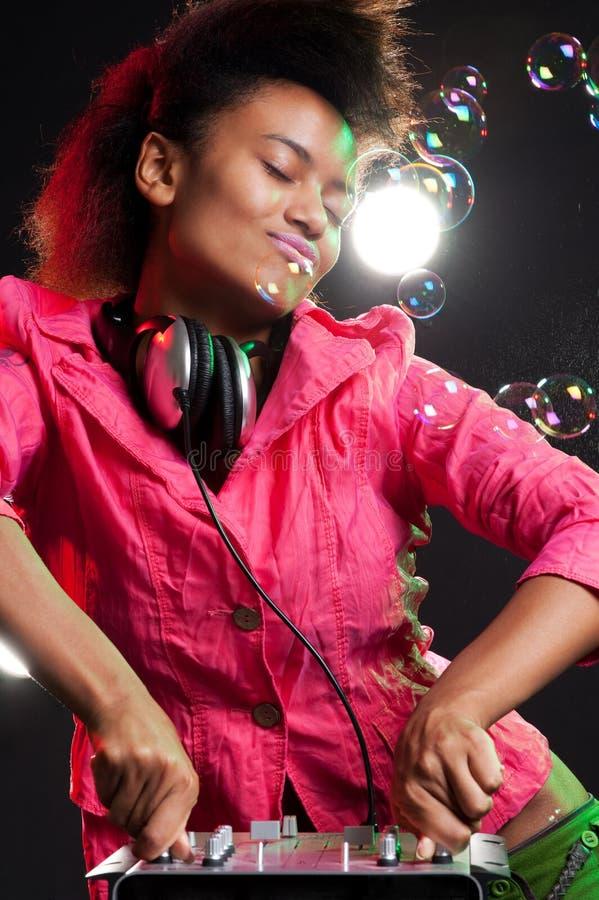 Kühles DJ hinter dem Mischer stockbild