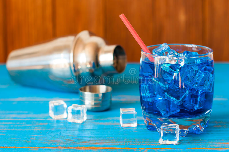 Kühles erneuerndes blaues Curaçao-Cocktail in pounchy stockfotos