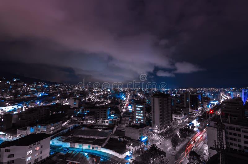 Kühles Foto von Quito nachts Teile von zeigend lizenzfreie stockbilder