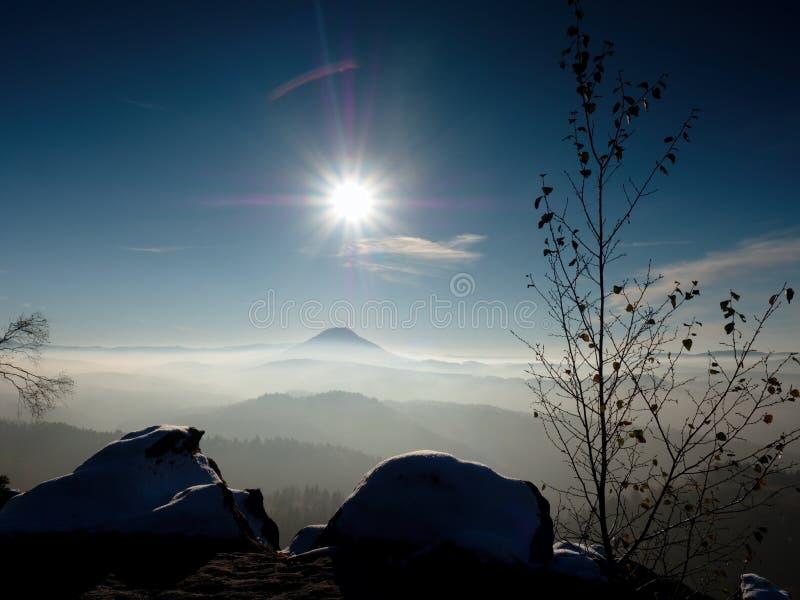 Kühles herbstliches nebeliges Wetter, Felsen unter erstem Schnee stockfoto