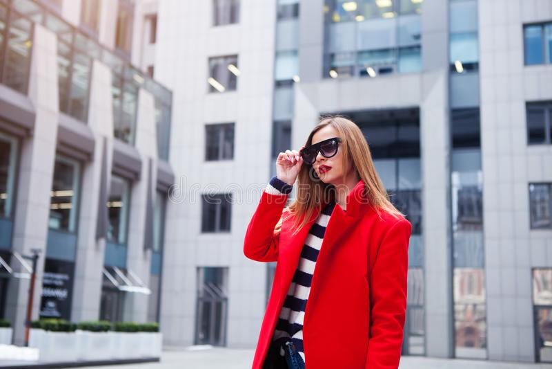 Kühles Mädchen des Modehippies in der Sonnenbrille städtischer Hintergrund, Modeblick stockbilder