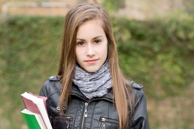 Kühles modernes junges Kursteilnehmermädchen draußen. lizenzfreie stockfotografie