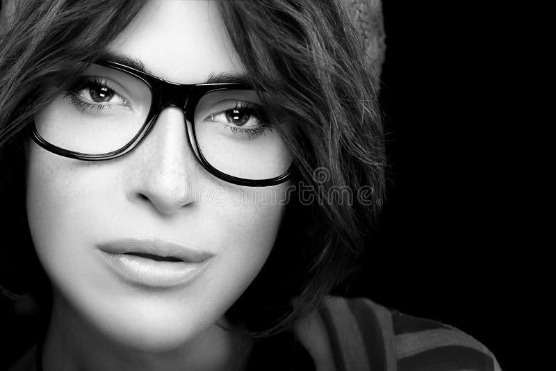 Kühles modisches Eyewearporträt Herrliches junge Frauen-Gesicht mit Auge lizenzfreie stockfotografie