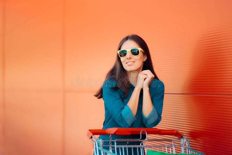 Kühles Sommer-Mädchen mit dem Druck des Warenkorb-Einkaufens am Superspeicher lizenzfreies stockfoto