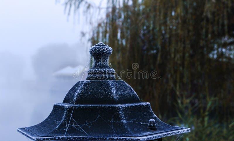 Kühles Wetter und die Laterne lizenzfreie stockfotografie