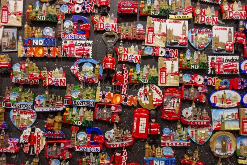 Kühlschrank-Magnetmementos des Spaßes bunte an London-Souvenirladen stockfotografie