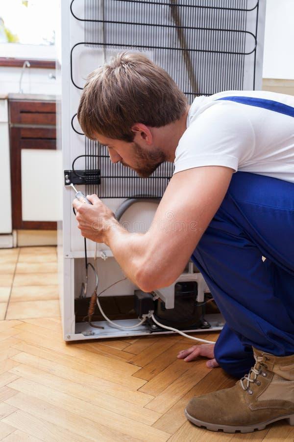 Kühlschrankreparatur zu Hause lizenzfreie stockbilder