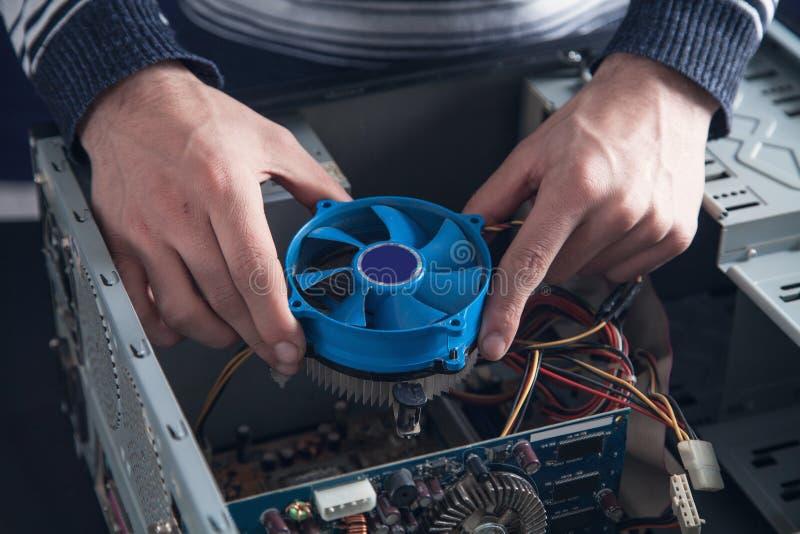 Kühlsystem der Mannreparaturen des Computers stockbilder