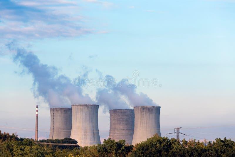 Kühltürme in dem Atomkraftwerk stockbilder
