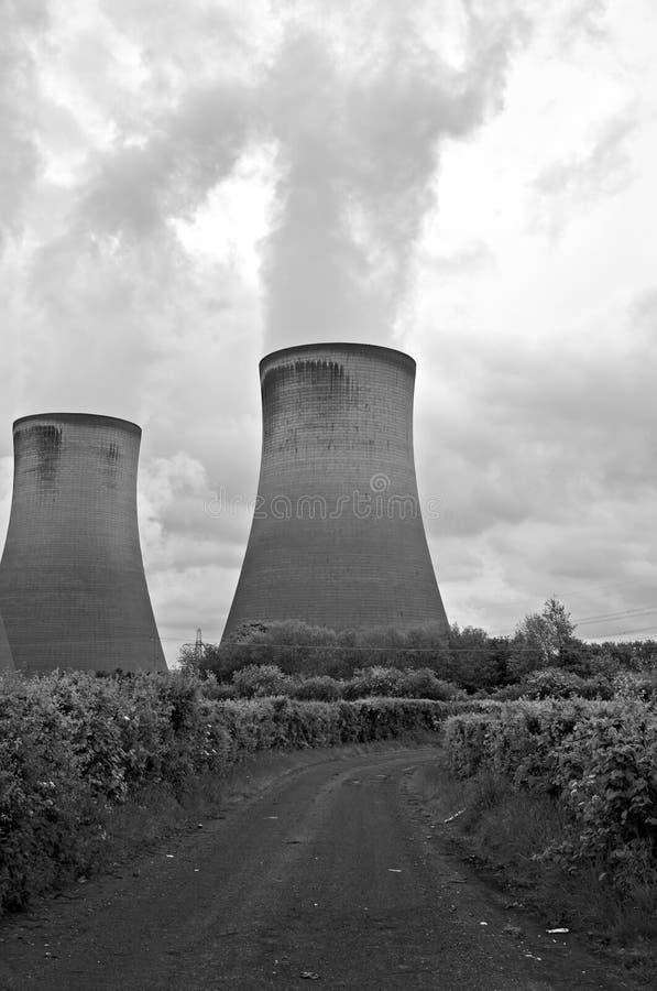 Kühltürme der Kohleenergiestation stockbild