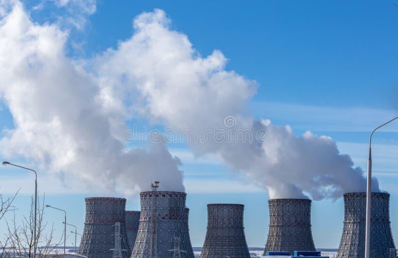 Kühltürme des Atomkraftwerks oder des NPP lizenzfreie stockbilder